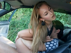Hot girl does a blowjob on a strange cock in the car and gets owned...
