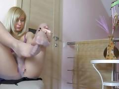 Ellen exposing her hylon feet